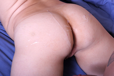 Cumshot on her round butt